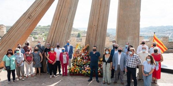 Participants a l'ofrena floral al Monument (foto Jordi Prat).