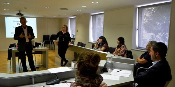 Fotografia del moment de la formació a la Sala de Plens del Consell Comarcal.