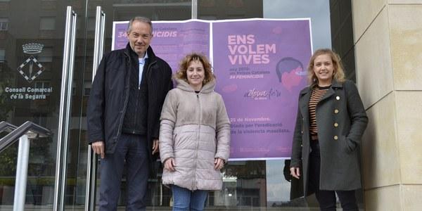 El President del Consell Comarcal de la Segarra, Francesc Lluch, amb motiu del dia de l'eradicació de la violència masclista penja un cartell en memòria de totes les dones assassinades.