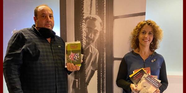 Fotografia de la consellera comarcal, Elisabet Jové, i alcalde dels Plans de Sió, Xavier Pintó, en el moment del lliurament dels exemplars.