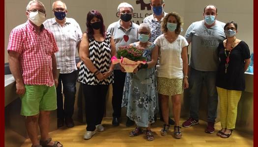 L'equip de Govern obsequia amb un ram de flors a Montserrat Farrera, consellera comarcal de Turisme, amb motiu dels seus 80 anys.