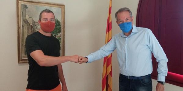 Imatge del moment de la signatura entre el President del Consell Comarcal, Francesc Lluch i el director de Quàlia Cooperativa de Lleure, Lluís Nadal.